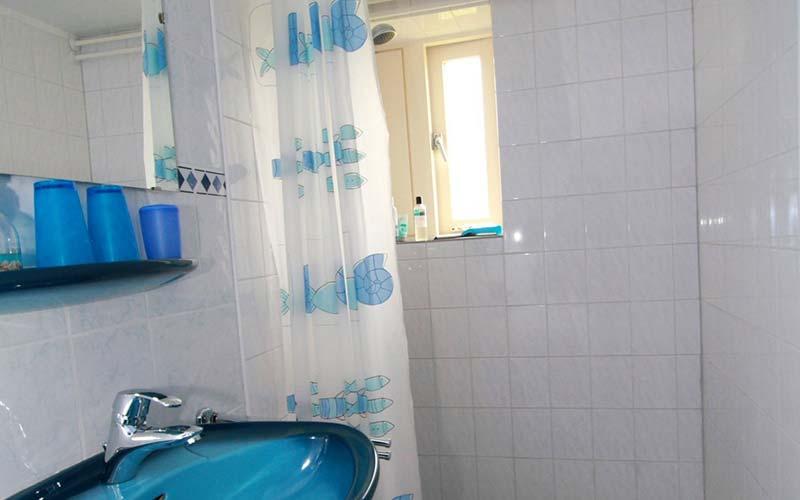 Blauwe kamer, eigen douche