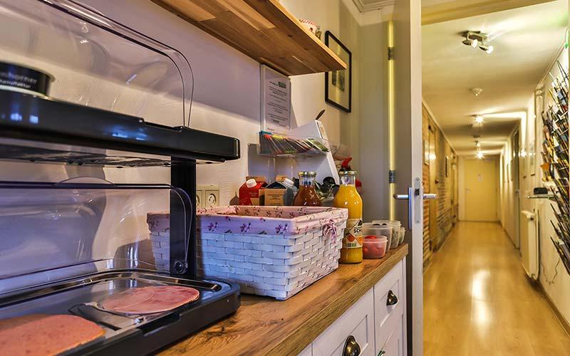 bed en breakfast Woldstee witte kamer, ontbijt