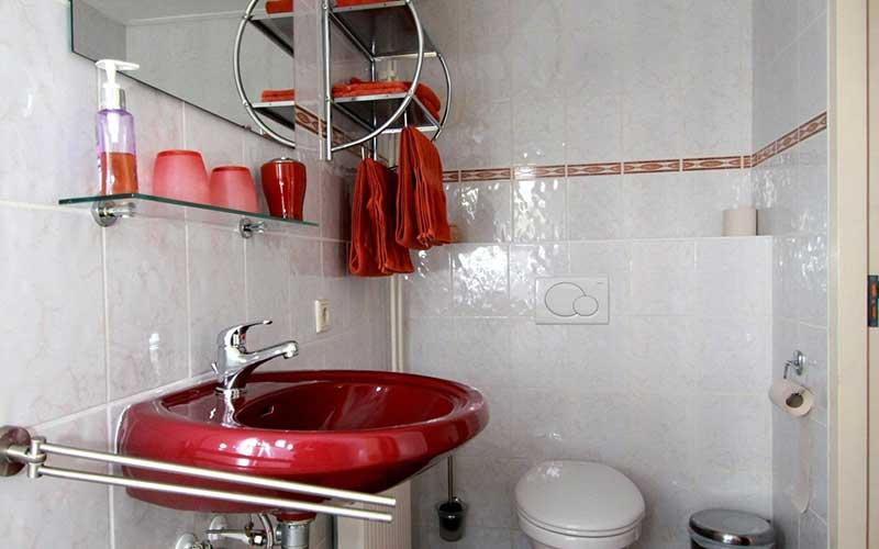 Eigen toilet kamer rood