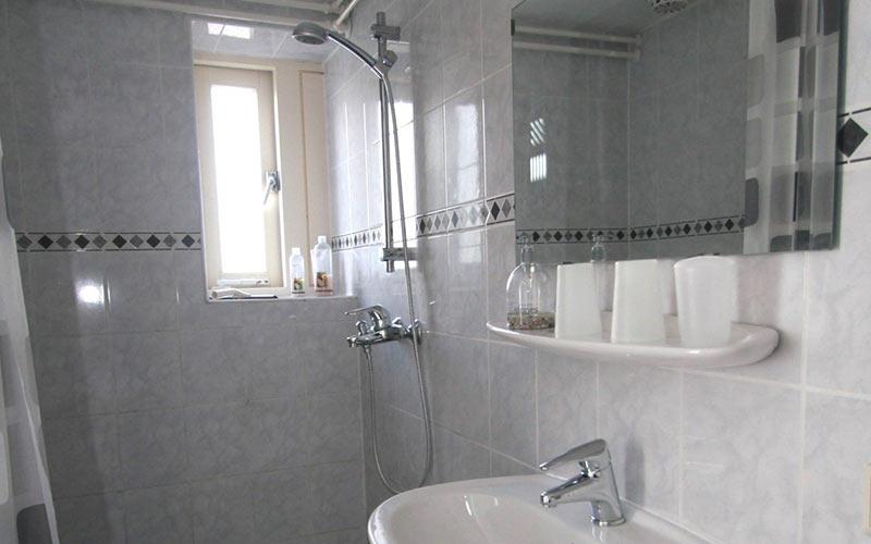 bed en breakfast Woldstee witte kamer, eigen douche
