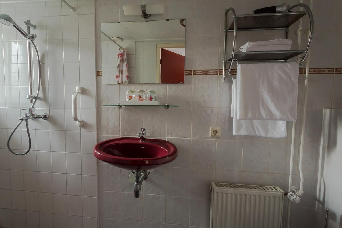 Eigen douche kamer rood.